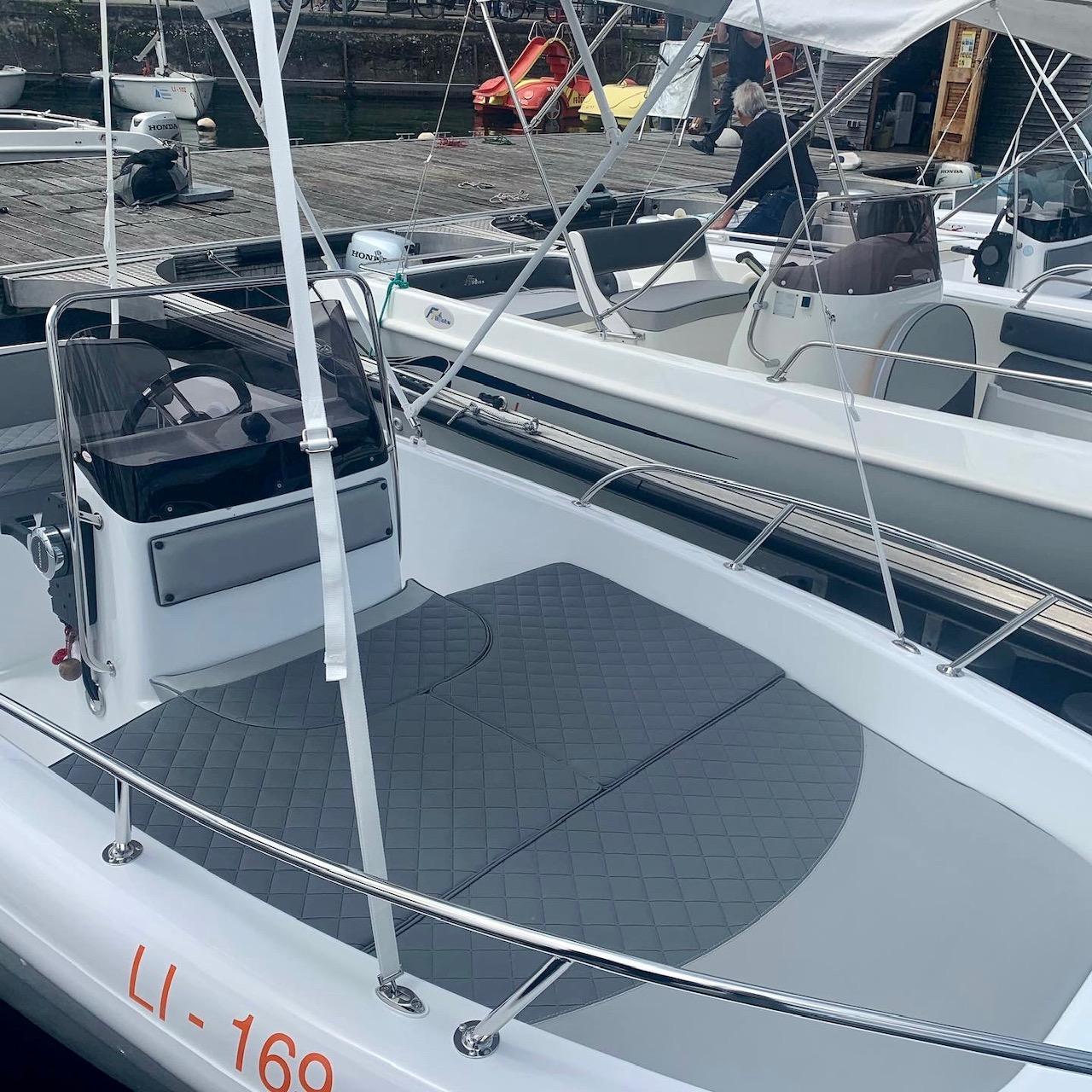 gepflegte Motorboote mit neuen Polstern